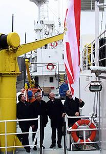 Aufziehen der Bremer Speckflagge: von links nach rechts: Hans-Joachim Schnitger, Melf Grantz, Carsten Sieling und Klaus Vogel.