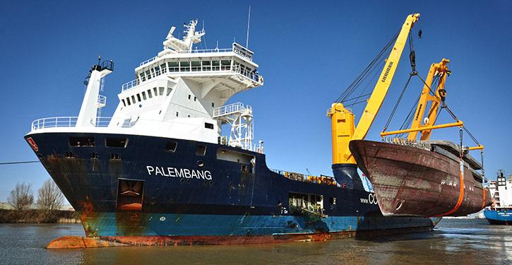 Klassisches Beispiel von Projektlogistik, Schwergutschiff Palembang setzt Yachtneubau in Bremerhaven ins Wasser.