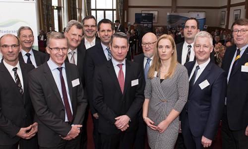 Gruppenfoto mit Konferenzteilnehmern zum Thema LNG am Standort Wilhelmshaven.