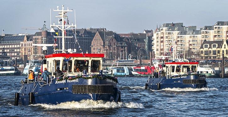Zwei Hafenschlepper / Eisbrecher während der Gästefahrt im Hafen Hamburg.