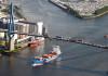 Luftaufnahme der Köhlbrandbrücke mit Containerschiff.