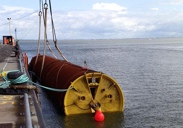 Schwimmende Verschiffung der Monopiles für Amrumbank West.