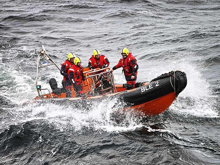 BLE- Inspektoren auf dem Weg zur Kontrolle eines Fischkutters.