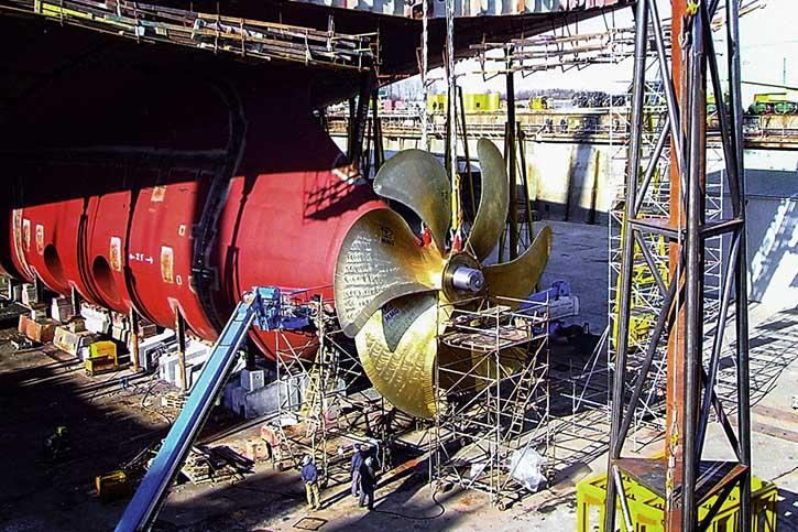 Der Propeller aus Waren an der Müritz ist am Schiff montiert worden.