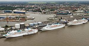 Luftbild Kreuzfahrtschiffe am Kai.