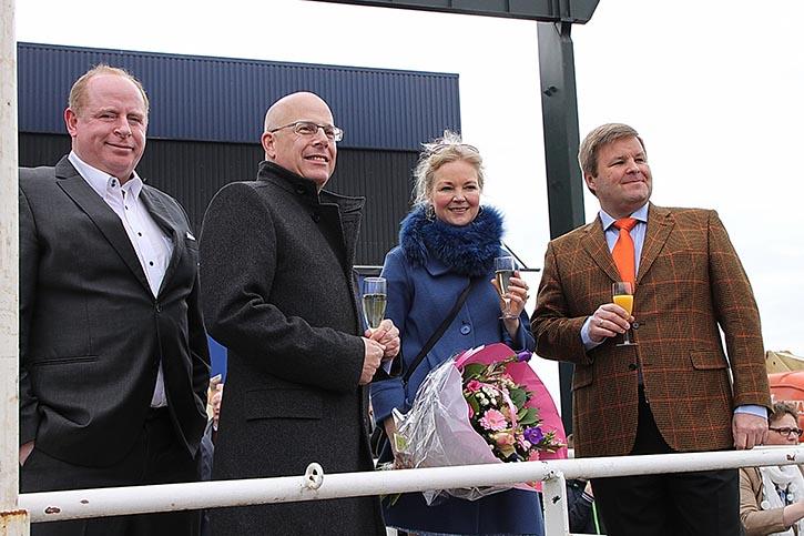 Taufpatin Katri Bos, Ehefrau des Präsidenten der Spliethoff-Gruppe Gerard Bos, (vlnr: Werftchef D.Gausch, Gerard Bos, Katri Bos und C.Hochbein, Werftchef) freut sich.