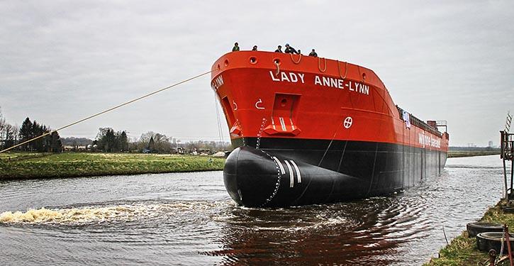 LADY ANNE-LYNN im Wasser.