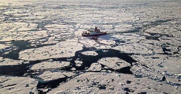 Das deutsche Forschungsschiff Polarstern bei seiner Fahrt über den Lomonossow-Rücken im zentralen Arktischen Ozean.