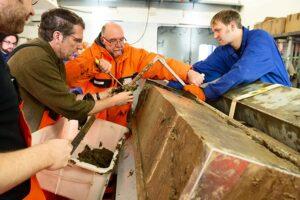 Polarsternfahrtleiter Prof. Dr. Rüdiger Stein und sein Team begutachten im Polarstern-Labor den am Lomonossow-Rücken geborgenen Sedimentkern.
