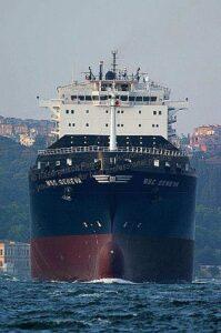 Containerschiff in Fahrt.