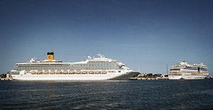 Auch Mehrfachanläufe verschiedener Schiffe der Costa-Gruppe im selben Hafen (im Bild die COSTA FORTUNA und AIDAMAR in Warnemünde) werden zum Zweck der Optimierung von Arbeitsabläufen von Carnival Maritime überwacht.