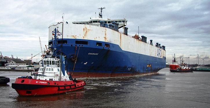 Autotransporter COURAGE verlässt im Anhang des Schleppers BOULDER Bremerhaven.