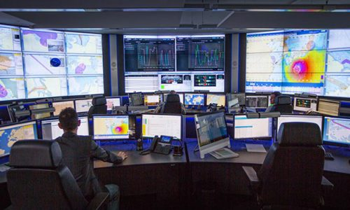 Erfahrene nautische Offiziere leisten im FOC Tag und Nacht von ihren Bildschirmen in Hamburg aus Support für die Offiziere an Bord der Schiffe.