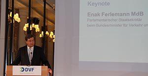 Der Parlamentarische Staatssekretär beim Ministerium für Verkehr und digitale Infrastruktur, Enak Ferlemann (CDU), stellt das Nationale Hafenkonzept der Bundesregierung vor.
