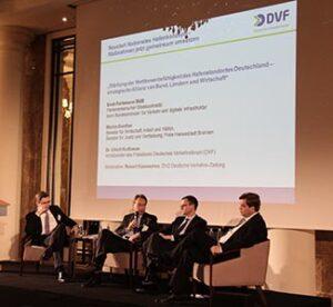 Von links nach rechts: Robert Kümmerlen (DVZ), Dr. Ulrich Nußbaum (DVF), Martin Günthner (Bremer Senat) und Enak Ferlemann (Bundesverkehrsministerium).