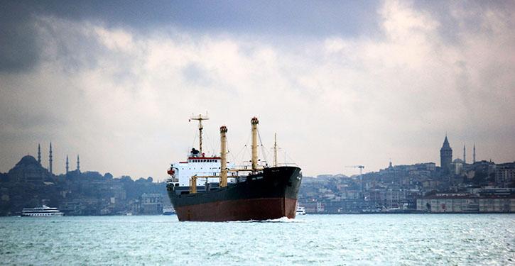 Tanker in Fahrt auf dem Bosporus in Istanbul.