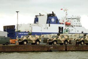Militärfahrzeuge vor Verladung auf RoRo-Fähre SUECIA SEAWAYS.