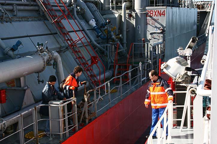 Lotsen werden von Bord geholt und an Bord gebracht.