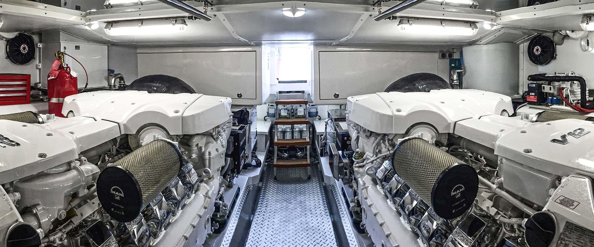 Gesamtansicht des Maschinenraums auf der Riviera 77.