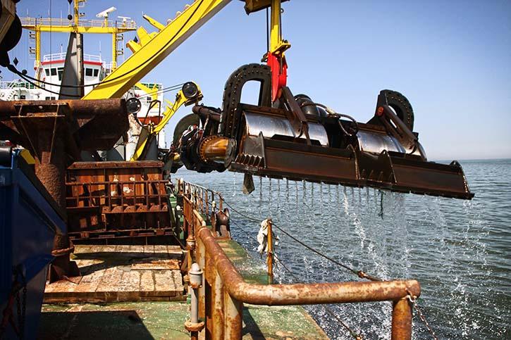 Die NORDSEE verfügt über zwei etwa 4 Meter breite und 15 Tonnen schwere Saugköpfe, die in einer Tiefe von bis zu 30 Metern eingesetzt werden können.