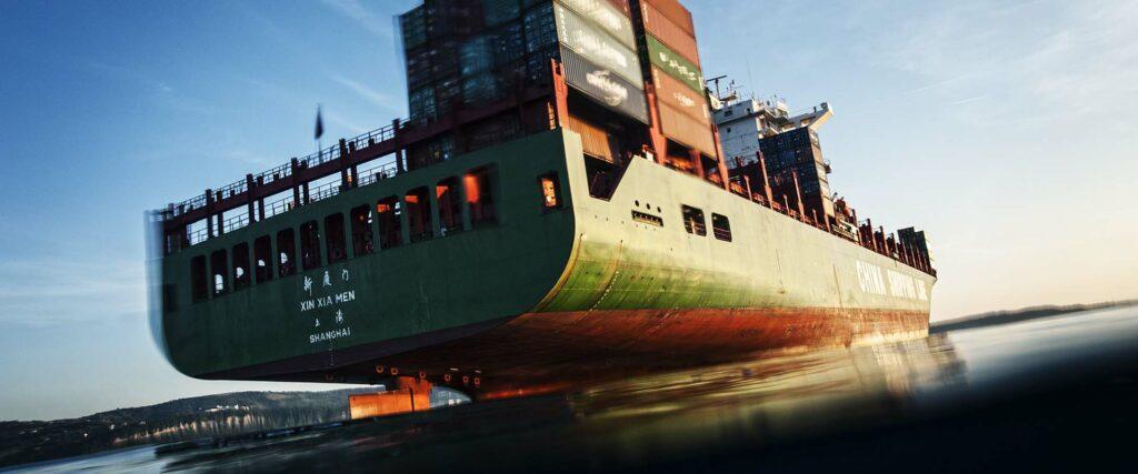 Containerschiff XIN XIA MEN ankert vor Hafen Koper in Slowenien.