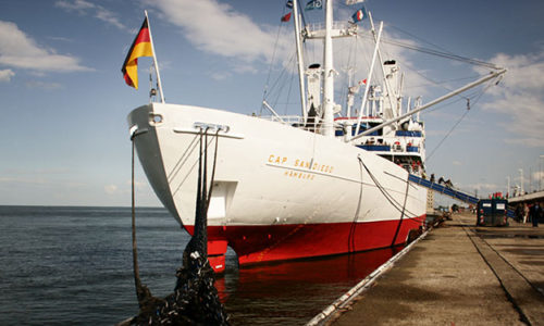 Schiff unter deutscher Flagge.