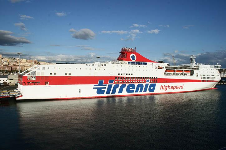Die AMSICORA und ihr Schwesterschiff BONARIA gehören Grimaldi, fahren aber noch bis 2017 in Charter für den Konkurrenten Tirrenia.