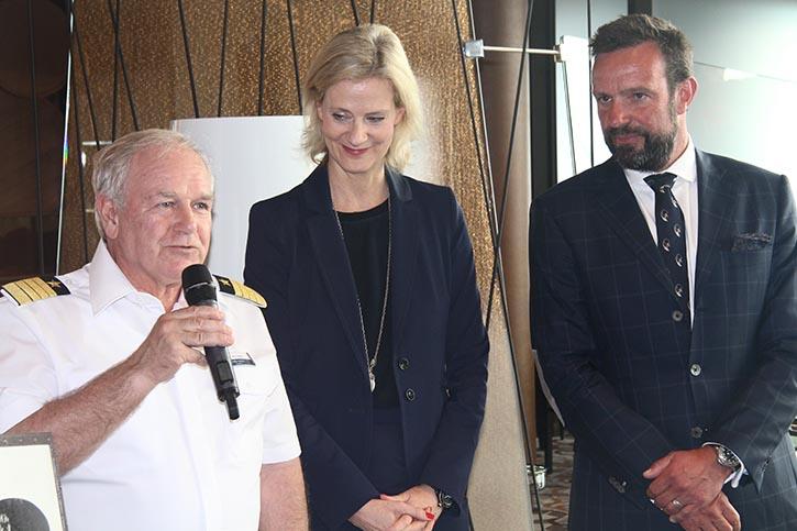 Traditionelle Plakettenübergabe an Bord: Von links Kapitän Kjell Holm, TUI-Cruises CEO Wybcke Meier und Seehafen Kiel-Geschäftsführer Dr. Dirk Claus.