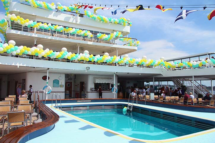 Terrassenförmige achtere Sonnendecks, hier mit Luftballons in den Reedereifarben geschmückt, weisen die ALBATROS als Passagierschiff-Klassiker aus.