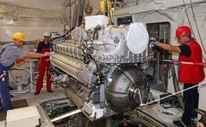 Einbau der beiden Hauptmaschinen in den neuen Seenotrettungskreuzer BERLIN der Deutschen Gesellschaft zur Rettung Schiffbrüchiger.