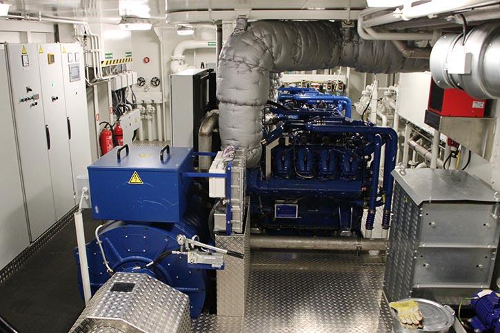 Blick in einen der beiden identischen Maschinenräume mit Sandfirden Technics Gensets und einem E-Fahrmotor.