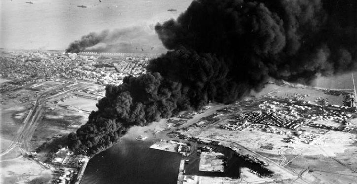 Brennende Öltanks in Port Said nach dem englisch-französischen Angriff während der Suezkrise am 5. November 1956.