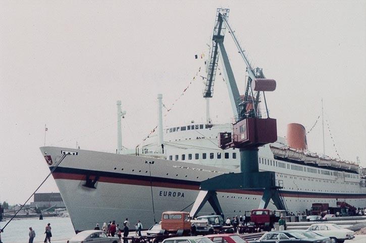 Ein Foto aus den Tiefen des Hafen-Archivs: Die EUROPA (IV) im Rahmen des ersten Anlaufs eines Kreuzfahrtschiffes in Kiel im Juni 1974.