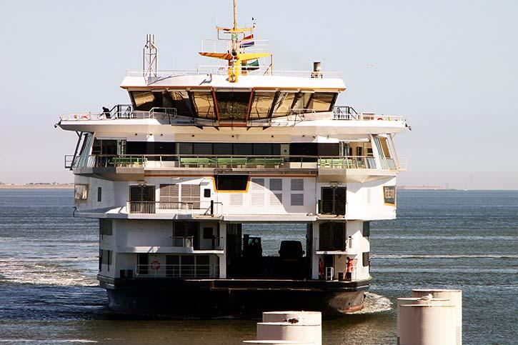 Das obere Wagendeck wurde in Längsrichtung, auf beiden Seiten des Schiffes, um jeweils zwei Ladespuren erweitert.