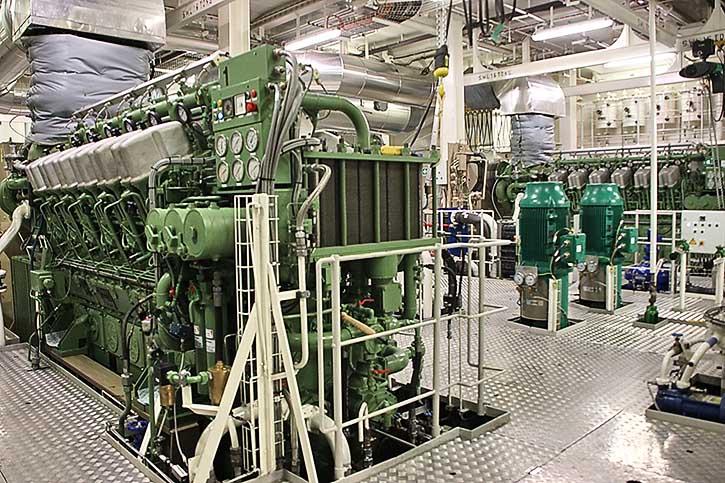 Blick in den Maschineraum mit den zwei ABC-DF-Motoren.