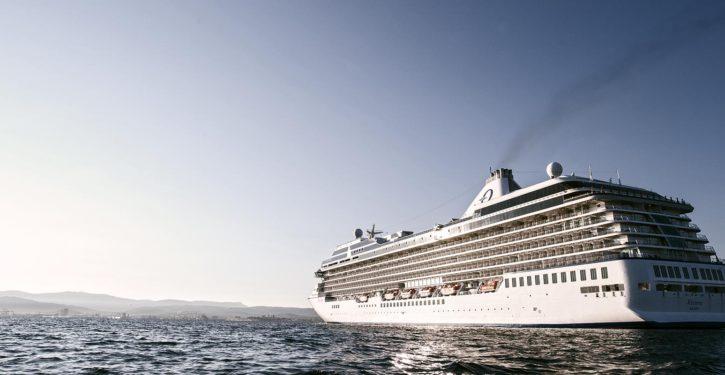 Kreuzfahrtschiff steuert den Hafen Koper an.
