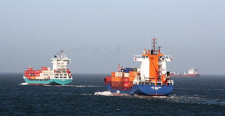 Containerschiffe in Fahrt.