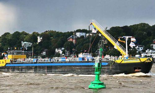 Tankschiff auf der Elbe.