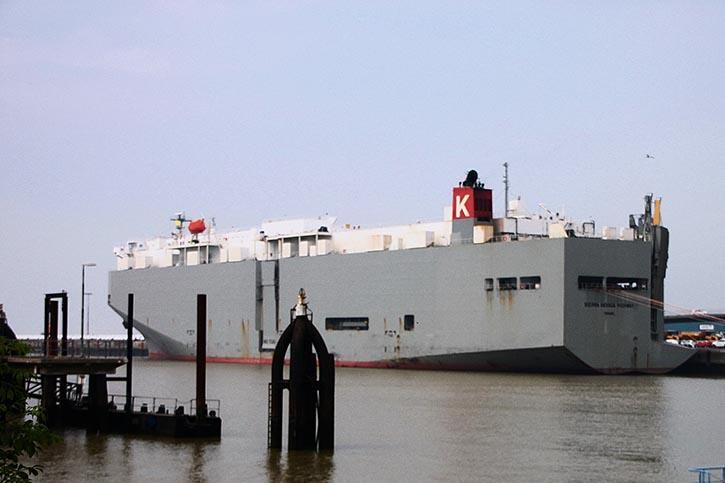 Es ist geschafft: Das Schiff liegt sicher an der Pier.