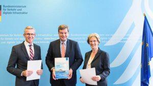 Von links: Vertragsunterzeichnung mit Harald Fassmer, Enak Ferlemann, Monika Breuch-Moritz