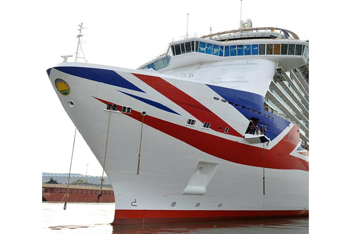 Aurora präsentiert den Union Jack (Flagge Großbritanniens) am Vorschiff.