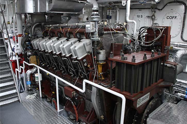 Zwei ABC-Diesel des Typs 12 DZC 1000-168-A mit einer Gesamtleistung von 5000 Kilowatt treiben über zwei Schottel-Ruderpropeller den Schlepper an.