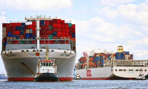 Containerschiff im Hafen Hamburg.