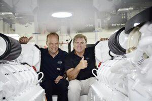 Ricardo Barbosa (links) CEO MAN Engines und Patrick Healey (rechts) CEO Viking Yachts im Motorraum der 52C mit der Baunummer 822.