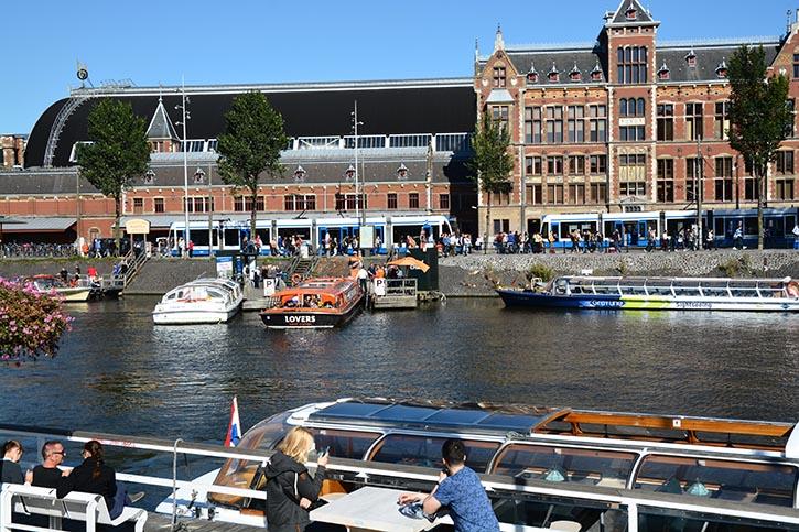 Betriebsamer Bahnhofsvorplatz in Amsterdam.