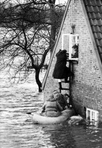Von Wassermassen eingeschlossene Hamburger Bürger werden mit der Bundeswehr gerettet.