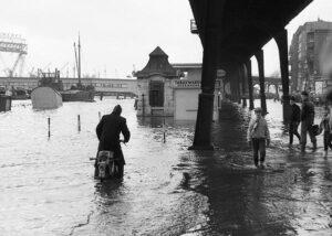 Hamburg Landungsbrücken komplett unter Wasser.