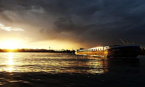 Motorgüterschiff Bavaria in Fahrt auf der Donau in Wien.