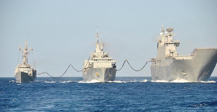 """Die CANTABRIA (Mitte) betankt gleichzeitig ein kleineres Schiff und (rechts) das Mehrzweckschiff JUAN CARLOS """", das größte Schiff der spanischen Marine."""