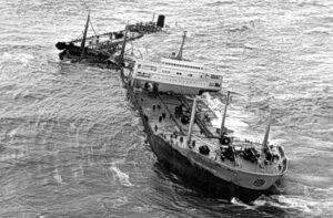 SS TORREY CANYON nach ihrer Grundberührung und Auseinanderbrechen.